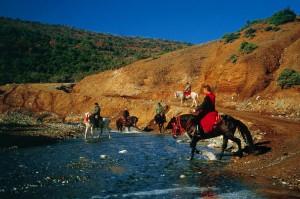 Ιππείς κατευθύνονται προς την Ι.Μ. Οσίου Νικάνορα στη Ζάβορδα